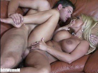 Сочная блондинка эротику устроила парню и попрыгала на его члене