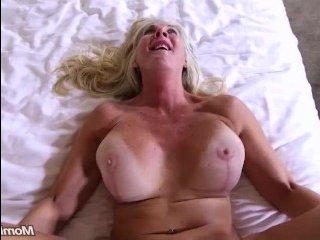 Большая зрелая блондинка занялась анальным сексом