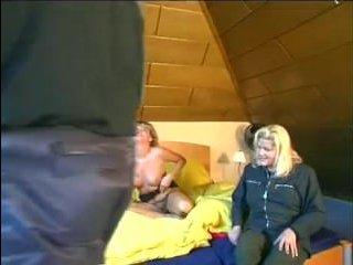 Мама дрочит и сосет член у мужа подруги и он кончает в рот