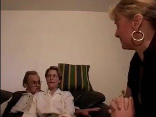 Женщины сосут хуй пожилому мужчине, а он им лижет письки