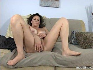 Пизда зрелой мамы течет от мастурбации и она получает кайф