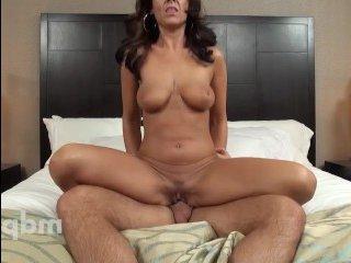 Жаркий секс в отеле на кровати с грудастой брюнеткой