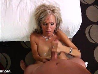 Отличный секс мамаши с большими сиськами и выбритой киской