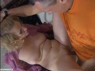 Кудрявая блондинка разводит мужика на секс