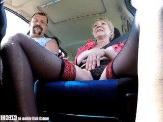 Голая зрелая мамаша останавливает машину и трахается с водителем
