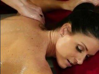 Блондинка сделала брюнетке возбуждающий секс-массаж письки