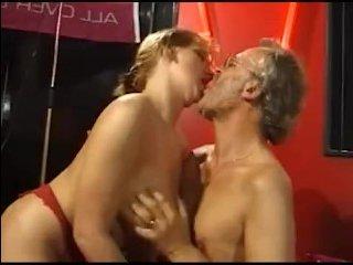 Зрелая брюнетка с большими сиськами и бритой киской трахается орально и вагинально