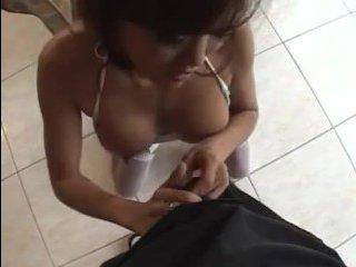 Азиатка с красивой грудью отсосала и приняла сперму в рот