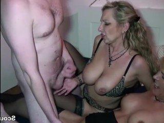 Мама и тетя сосут парню член и трахают его зрелыми дырками