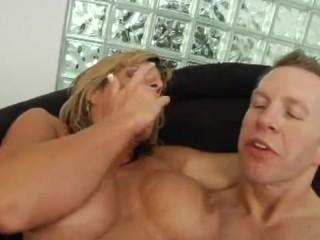 Порнофильмы с милфами: большими сиськами мамки возбуждают мужиков