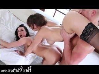 Две сисястые мамочки лесбиянки трахаются с лысым