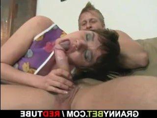Секс с родной бабушкой закончился ярким оргазмом для молодого парня