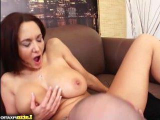 Зрелая мамочка с большими сиськами занимается гимнастикой и сексом с лысым мужиком