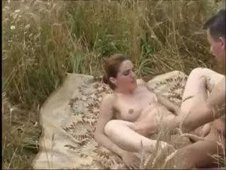Молодая пара трахается на природе с безудержной страстью