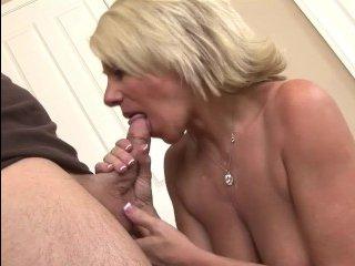 Сынок трахает блондинку-мать в ее сочную вагину