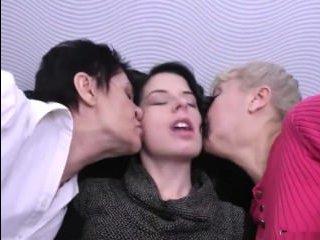 Страстный секс устроили молодая телка и две зрелые красивые лесбиянки