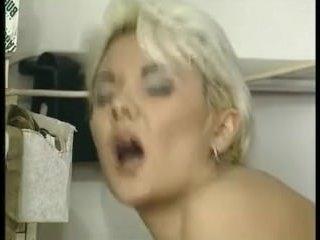 Ебут зрелую бабу блондинку в аппетитную задницу