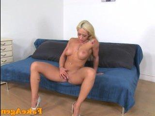 Порно со зрелой блондинкой с большими сиськами на кастинге