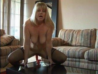 Пожилая женщина взяла фаллос и показала свою зрелую пизду - онлайн