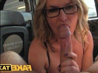 Жаркий секс с женщиной 35 лет в такси после отсоса члена