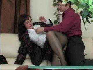 Секс зрелой в чулках во время ожидания перед кабинетом