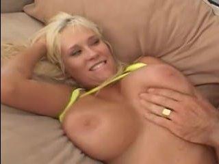 Блондинка ебется с дерзким и красивыми самцом