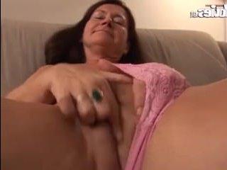 Голая зрелая немка мастурбирует вибратором на камеру