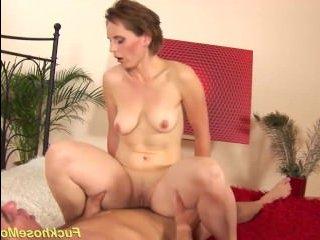Для порно мамаши в hd качестве женщина подставила зрелую пизду под твердый член