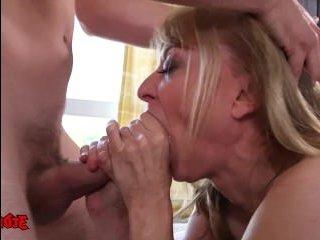 Смотреть порно женщины в возрасте с молодым парнем