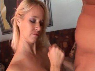 Мама блондинка с большими сиськами сосет член