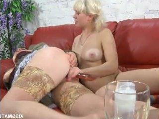 Лесбиянки с дилдо трахаются вдвоем на красном диване