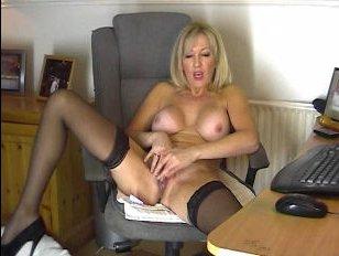Мамаша показывает, как она мастурбирует в кресле