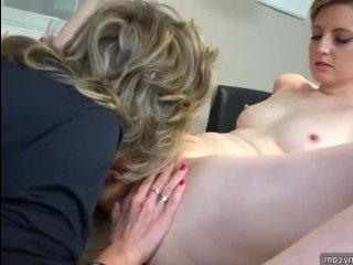 Мастурбация зрелых: женщина в чулках удовлетворяет себя ручкой