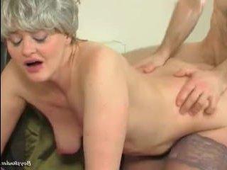 Зрелая дама использует молодого парня для секса
