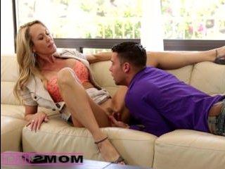 Молодой человек поимел маму и дочь на шикарном диване