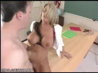 Непослушный ученик ебет учительницу-блондинку после занятий