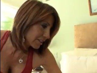 Лесбиянка с большими сиськами развела брюнеточку на куннилингус