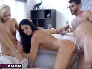Мама, дочь и сын ебутся на белом диване в гостиной